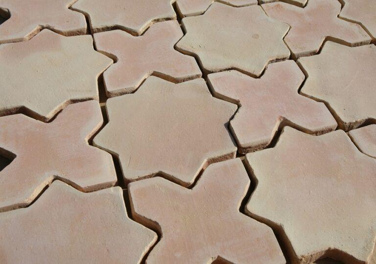 Losas de barro artesanal tonalidad clara combinación estrella y cruz 02