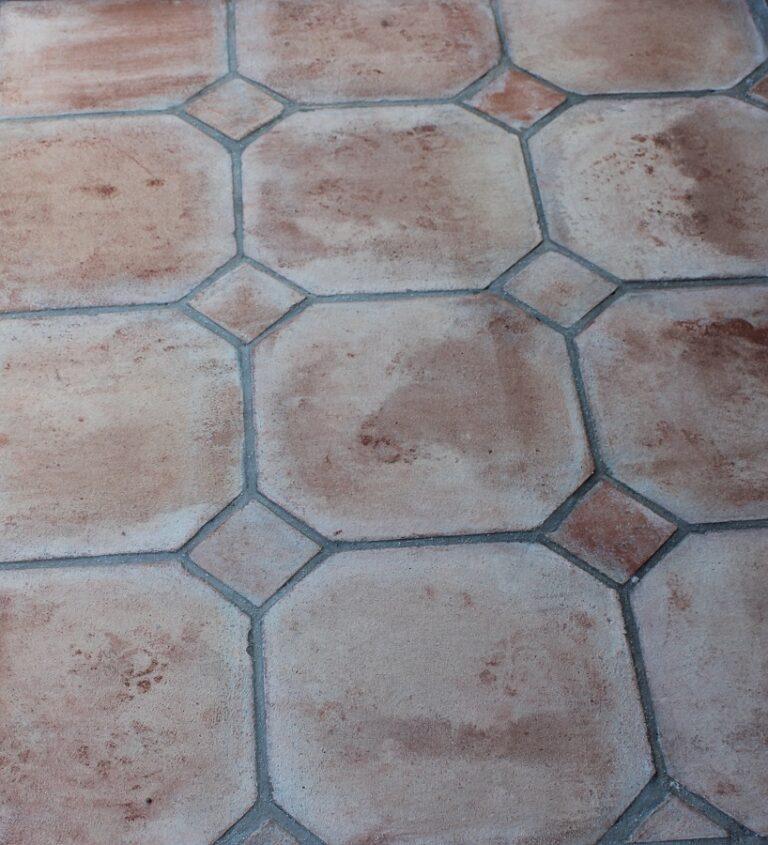 Suelo de barro tonalidad rojiza combinación octógono taco barro