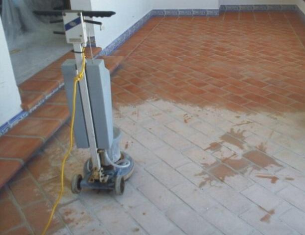 Limpieza de suelos de barro